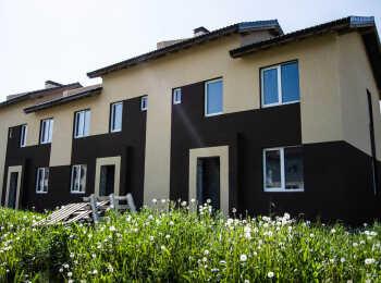 Общий вид на двухэтажные корпуса ЖК Традиция